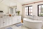主卧卫生间大面积的白色和充足的阳光让人心情愉悦。