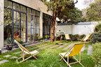 谁说花园一定要有修剪整齐的草坪、充满野趣的小草加上四把简单的躺椅和秋千,就是一个完美的午后花园。住在上海,难得有这样一片花园,这也是打动Claire选择住在这里的重要原因之一。