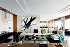 由于需要的尺寸过大,客厅中的方形茶几和长条桌都是定制品。白色L形布艺沙发和一旁的黑色小边几由Rodolfo Dordoni设计,Minotti出品,购自Domus家天地,沙发后方墙上的画作出自艺术家单凡之手,来自Force画廊。左侧墙边的Holly Hunt吊灯由 Alison Berger设计,每个玻璃灯罩上都雕刻着列奥纳 多∙达∙芬奇的手书字迹。饰品摆件部分:骨质镜框 Bo Concept,花瓶 Ligne Roset写意空间,Nelson的钟表、Georg Jensen的 Panton托盘均来自10 Corso Como,L'Objet茶壶、Form Bowl Set米色金属盘、Bash Vessel金属花瓶均来自Domus家天地,沙发上的Sosiety盖毯来自Lane Crawford,近处的Harcourt Amphora水晶花瓶则由Baccarrat出品。