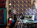"""卧室中的墙纸、靠垫都以花朵图案为主题,恰似一场"""" 午夜星空""""。加上满室的古董收藏,仿佛踏入梦幻迷离之境。卧室里的主题墙纸名为""""午夜星空"""",墙面悬挂的古董壁画、淡黄和丁香紫的靠垫,令整个空间相得益彰。"""
