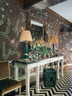 厅边桌、镜子、壁纸构成标准的走廊装饰配置。