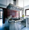 桃花心木与金属材质构成了整个家的搭配主调,厨房中浅色大理石地面和岛台台面,与金属橱柜的搭配更显示出一种毫不拖泥带水的干练。厨房的操作岛台上,烧水壶为Alessi品牌,木碗则来自Danese。