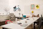 """朴素的白墙上展示着一家人的收藏,连古董自行车也 安居其上,展现着主人对先锋工业设计的尊敬:""""太珍贵了,我们都舍不得骑它!"""" Alex的办公桌前面有一个简单的茶歇区,从上海定制的褐色沙发在之前的公寓中稍显庞大,放在这里却刚刚好。非常吸引眼球的金属椅是贾蓓蓓的概念作品 Beat Chair,靠墙地面上一组白色的圆柱物体则是用酒瓶做的简易保龄球玩具。墙上挂着一辆罕有的Moulton Stowaway款原版自行车,由Alex Moulton在1962年出品,包含了诸多革命性的设计。右侧墙上的挂画中,右上方的黄色骷髅头是Paul Insect的作品,中间的画作同样是他创作的《Cowboy Mask》,最下方的黄色印刷品是Simon Morse创作的《An Errauchen-C》。"""