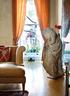 客厅里,一个残缺却衣饰褶皱生动的石像,是Kathryn从拍卖会上买来的,因为那些优美古典的衣袂线条。