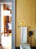 主卧卫生间的配件都是从旧货市场上淘来的。