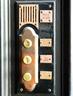 旧式黄铜把手和按钮都原封不动地保留着,背后却联上了最新的电话系统,门内人按电话键就能与门外人对话、自动开门,门上的摄像头则连接工作室的电脑以便看清访客。