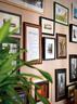 """走廊的墙壁上挂满了各种名人留言和旧版装饰画,东田说他绝不要在自己家挂跟自己作品相关的照片,""""我可不想人家走进来就会说:'哦,他一定是做化妆的!'"""""""