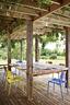 院子里的露台,椅子出自Don Chadwick,Knoll生产。