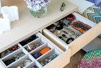 拉开主卧中定制床头柜的抽屉,能看到羊毛面料包裹的内胆,它们被专门用来存放主人的首饰。