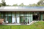 建筑南侧,木质房顶覆盖着大片的落地玻璃门窗,延伸出玻璃门的巨大房檐控制着不同季节的阳光射入量,也形成了一块与建筑同宽的户外露台。由于一层沿地势被 分成了有高差的两部分,露台也向西南方渐次升高,