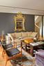 卡尔∙吴和他的年轻家庭使用的起居室更有现代气息,有宽敞的沙发供大家闲坐。