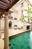 户外庭院是喧嚣城市中的一片绿洲。庭院里古典的圆柱与家中的庄严相呼应。