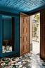 熟铁的宅门后是两扇对开大木门,打开后即是宽敞的前厅,印度手工制成的嵌入式大理石地板堪称一绝。
