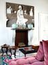 """起居室另一侧的壁炉。壁炉上方悬挂的照片来自Vanessa Beecroft。""""这还是她几年前在巴勒莫开个展时的作品。整张照片光线充足,很明亮。我一看到就觉得心情很好。"""""""