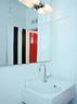 为了统一风格,卫生间的门也被漆上了黑白条纹。