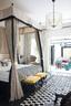 空间小,自然要有所取舍。我舍弃了客厅、餐厅,把真正属于自己日常所需的卧室放大了。米色调的优雅搭配黑白线条制造的是经典的效果。床、沙发、脚蹬均为定制,沙发靠垫床尾盖毯来自梧桐树。