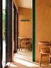所有的房门都是可滑动玻璃门,通往露天室的房门处,房间与双层玻璃之间的隔墙用了红色或绿色的漆木。