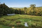 """这栋位于纽约哈德逊河东面的周末度假屋,位于一片50英亩的山林与湿地之间,被谷文达称作""""艺村"""",这里有着主人最爱的小路和野花。度假屋的能源来自院子里的太阳能板,足够一家人周末所需。太阳能板需配合地下室的蓄电池一起使用。"""