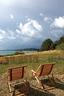 家门前的风景,两张折叠式躺椅来自Habitat。每当日上朗空,蔚蓝海面与各色植物在明媚的阳光下熠熠生辉,这会令人瞬间忘记一切内心与身外的阴霾。