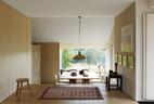 从起居室看餐厅,Tom Dixon设计的吧凳Offcut在窗边呈现出轻灵的形象。近处墙上挂着一幅Guillaume Terver的油画和四幅小型平版印刷作品。