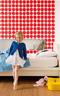 6岁Julia 的房间用了红色波点壁纸,整体感觉活泼俏皮。I s o t  K i v e t 红色波点壁纸来自Marimekko,床来自宜家家居。