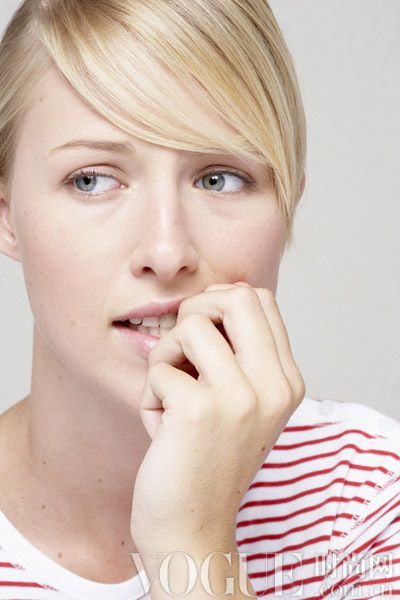 这些紧张时会有的坏习惯 在破坏你的皮肤和秀发