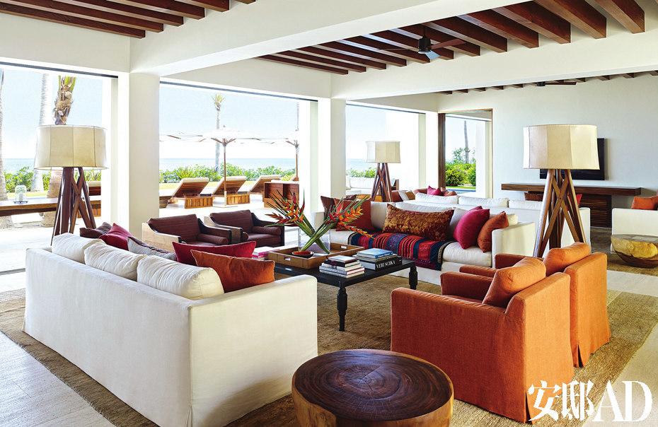 天花板用了木条装饰,麻布沙发椅来自libeco