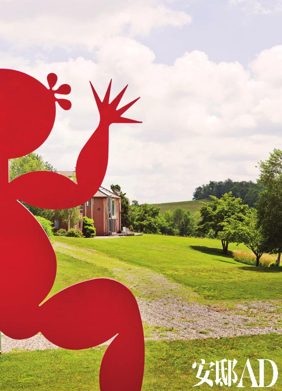 红色的钢雕小红人,是艺术家吕胜中的著名作品,远处是单独辟出的客人房。