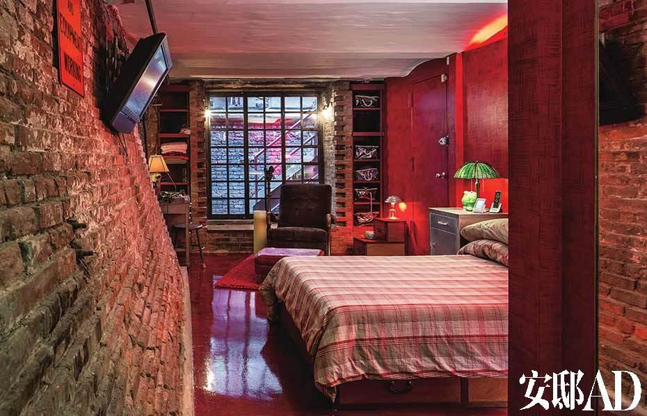 卧室内一面倾斜的墙正好对应了人躺在床上时的视角。