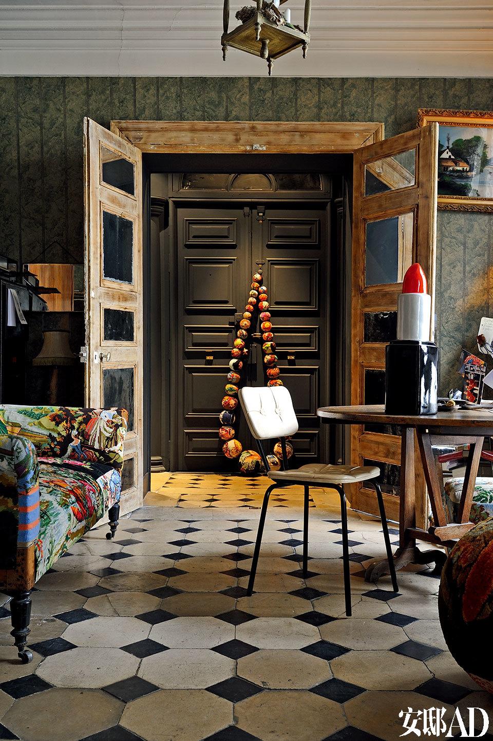 从另一个角度看书房,织品拼接的沙发也是女主人的作品。