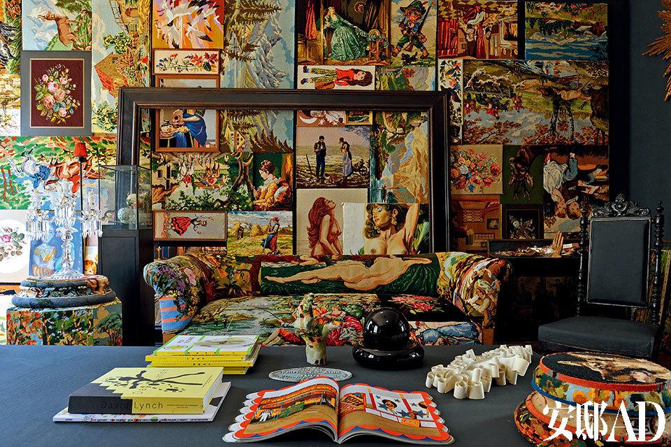 """这个空间被Frédérique Morrel誉为她的""""档案馆"""",陈列着她多年以来的精选收藏,它们也是她的灵感来源。沙发制作的工艺是一种土耳其针织法,也是女主人自己的作品。"""