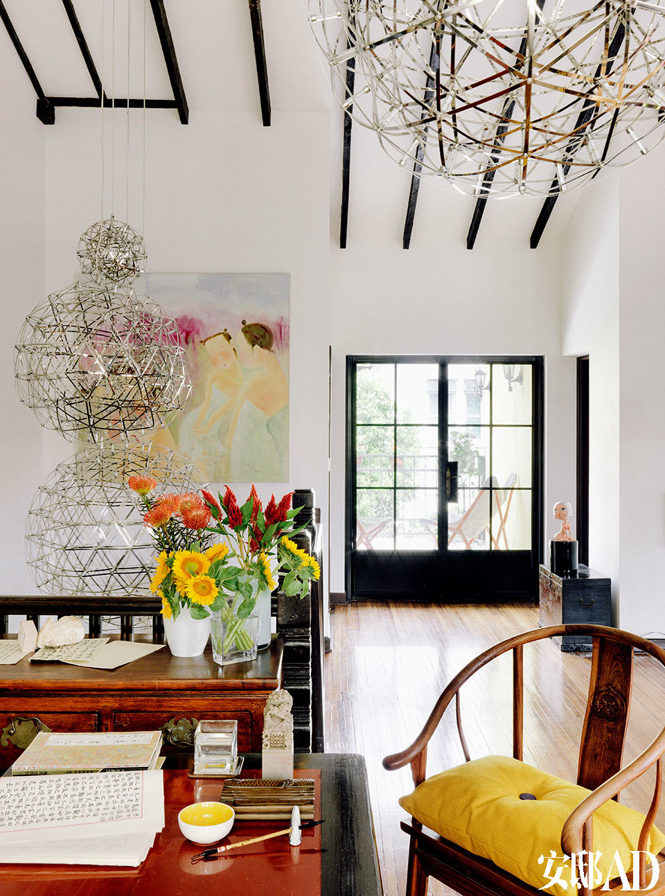 大小不一的银色球形吊灯,为老洋房带来年轻活力,通透轻盈。室内明亮的插花和墙上艺术家纪晓峰的油画《花开的季节》遥相呼应,令空间充满温情。