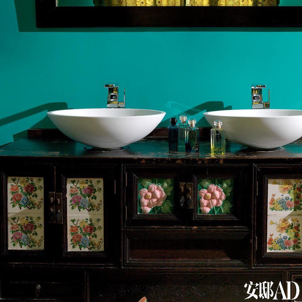 他们并没有在卫生间添置现代橱柜,而是将淘来的老柜子进行改造。