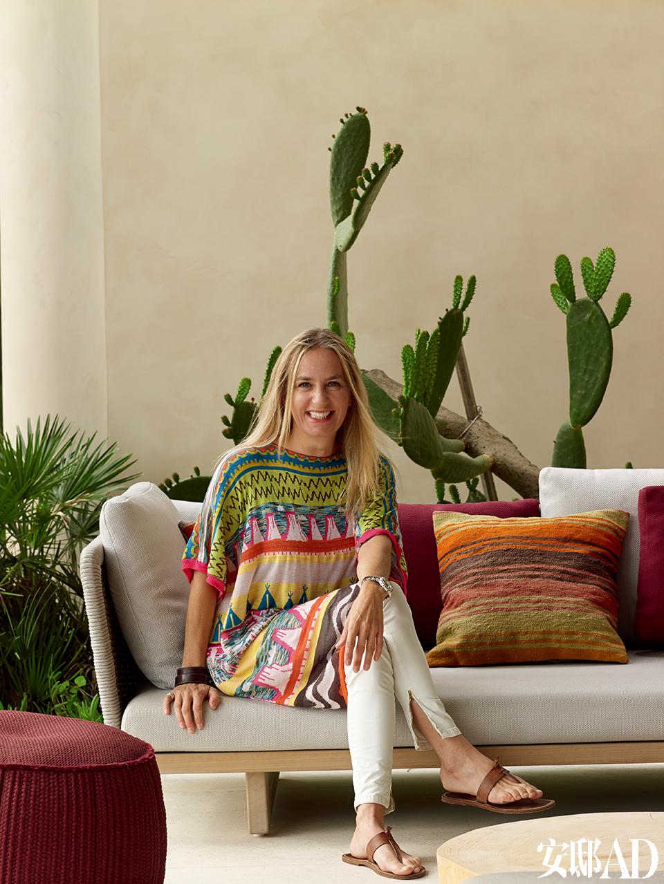 设计师: Claudia Silberschmidt,Atelier Zuerich的主创设计师,出生和成长于瑞士的Appenzellerland地区,那里如画的风景和传统手工艺一直是她设计的灵感源。她作为Atelier Zuerich的创建者,总是为公司的设计注入清新气息。