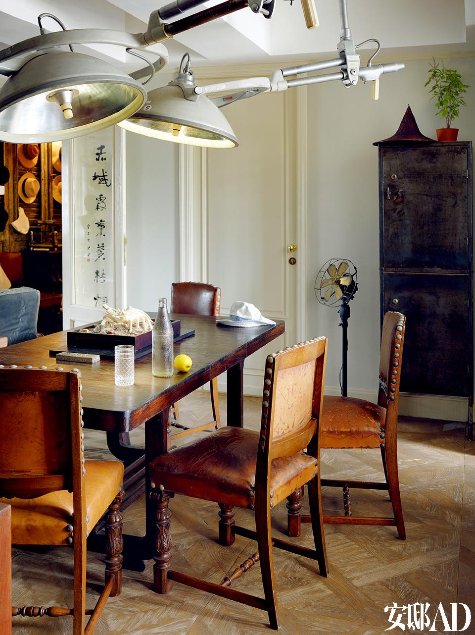 """""""从小跟着父亲逛古董店,耳濡目染下也就爱上这些老东西,我的设计亦跟古典的语汇很接近。""""用餐空间。桌子来自缅甸,桌椅购自上海,灯则是在泰国老医院拆除时的收获。"""