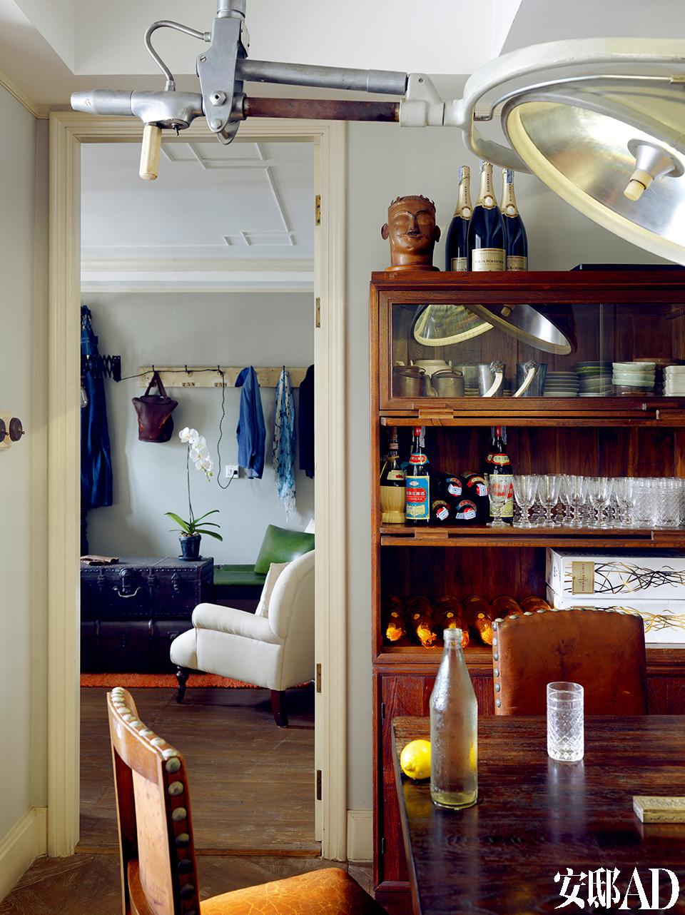 从用餐空间望去为女儿房间,老旧橱柜上整齐排列着各式餐具和酱料,道出热爱做饭的主人生活。