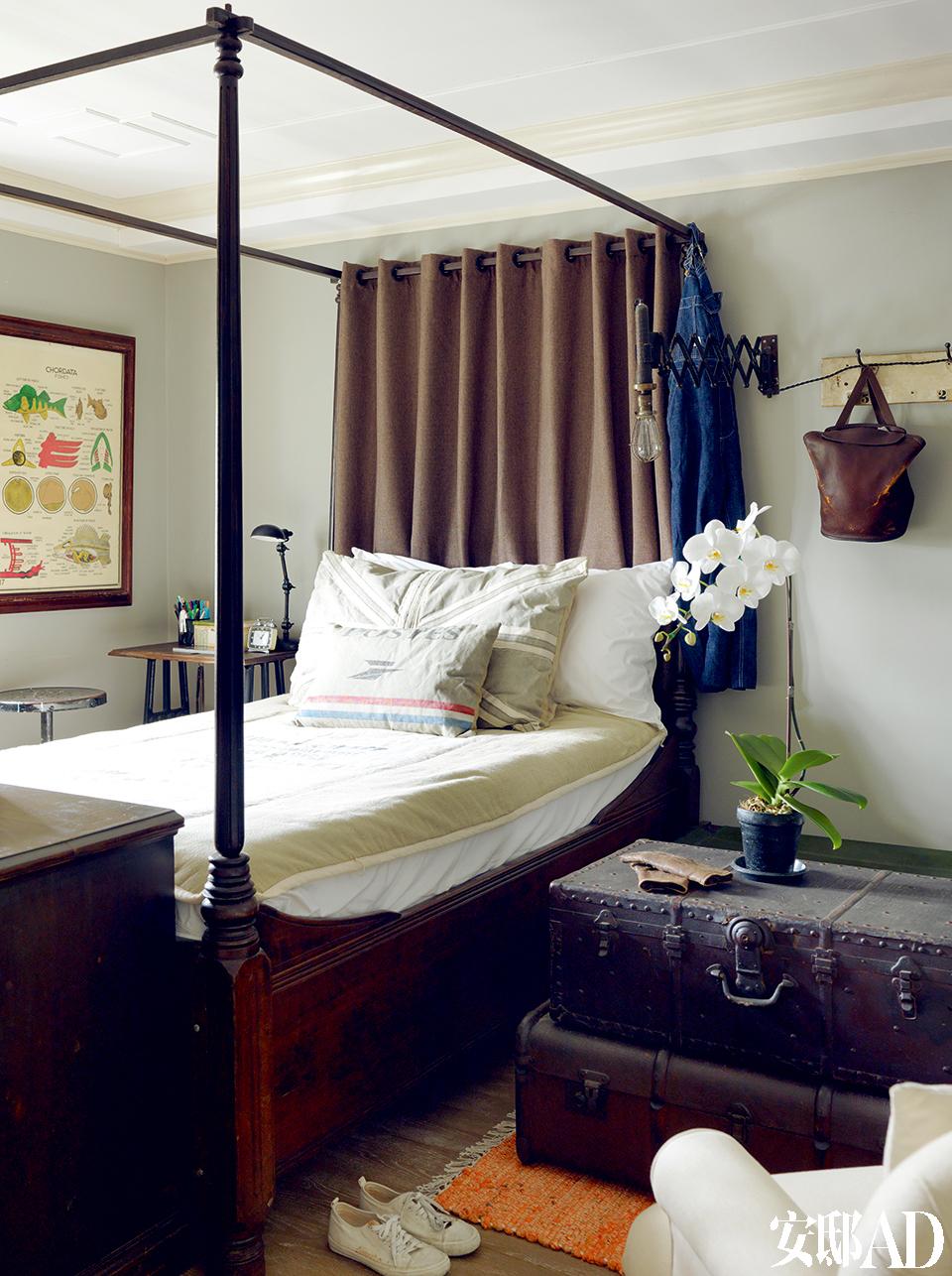 """女儿房间。叶裕清是位""""淘旧物达人"""",爱买如痴的他共搜集了近30张床架,全都属于法国南洋风格,其酒店客房内的16张床架自己都使用过。箱子也是叶裕清难以割爱的物品,前后共搜集了近百个箱子,酒店就用上30个。"""