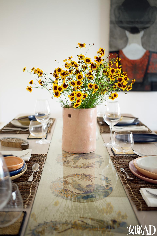 与客厅相连的用餐空间,延续自然粗犷风格,因为旅游世界的经历,家里能看到Fernando四处收集的生活灵感。
