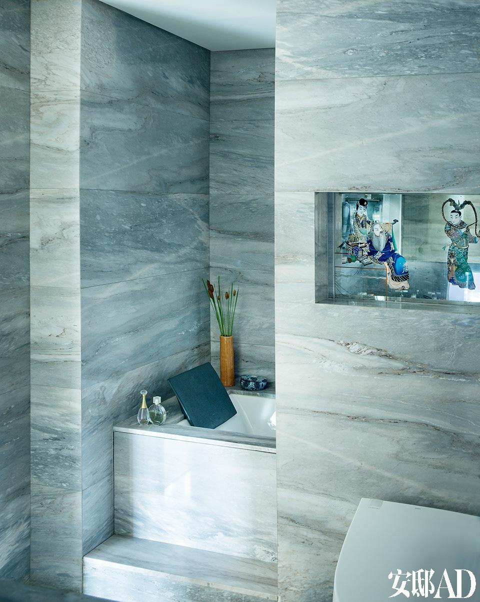 大理石上的天然纹路,仿若一幅气韵悠远的山水画,令浴室的气场沉稳而宁静。浴室墙面的石材是Tucho的精心挑选,每块石板上的纹路连起来,仿佛水墨山水画的浓淡远近,韵味十足。