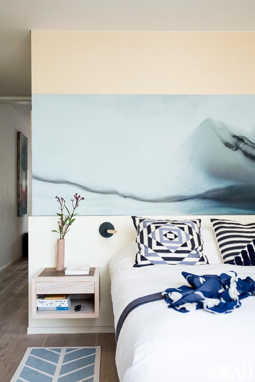 卧室里挂着几张Fernando收藏的画作,除了这张香港画家Cindy Ng的作品,还有一张已故画家于彭的作品,据说当时Fernando和Tucho同时看中了这件作品,没过几天Tucho到Fernando家里来,就看见它挂在墙上了。