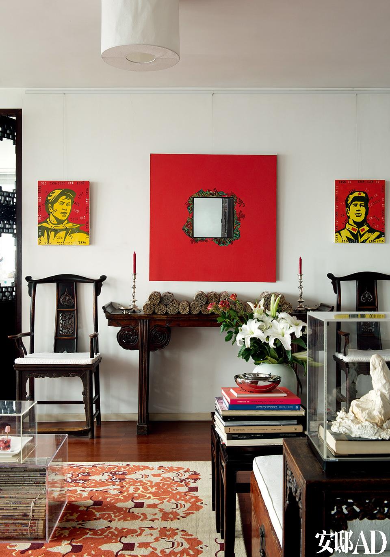 家中的大部分古董家具是Sylvia在上世纪90年代从朝外古董市场(现已不存在)买回来的。左右两幅人像是王广义创作于2004年的油画,购自他的工作室。中央带镜面的红色油画作品来自黄岩(2003年),购于红门画廊(Red Gate)。