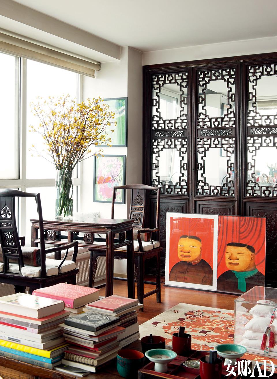 """靠古董雕花木门放置的两幅作品是朱伟的""""水墨研究课徒""""系列,Peter从1994年起就认识朱伟了,这两幅是画家送给他们的礼物。"""