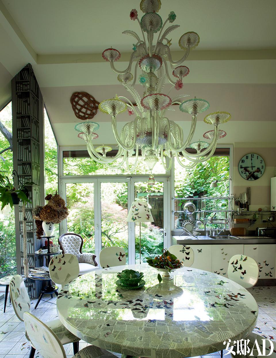 厨房内的餐桌、椅子、灯饰、橱柜都是以蝴蝶为主题,分别是以木制、漆制和手工制成的。Murano的玻璃吊灯是对1950年代的古董物进行了再创作。