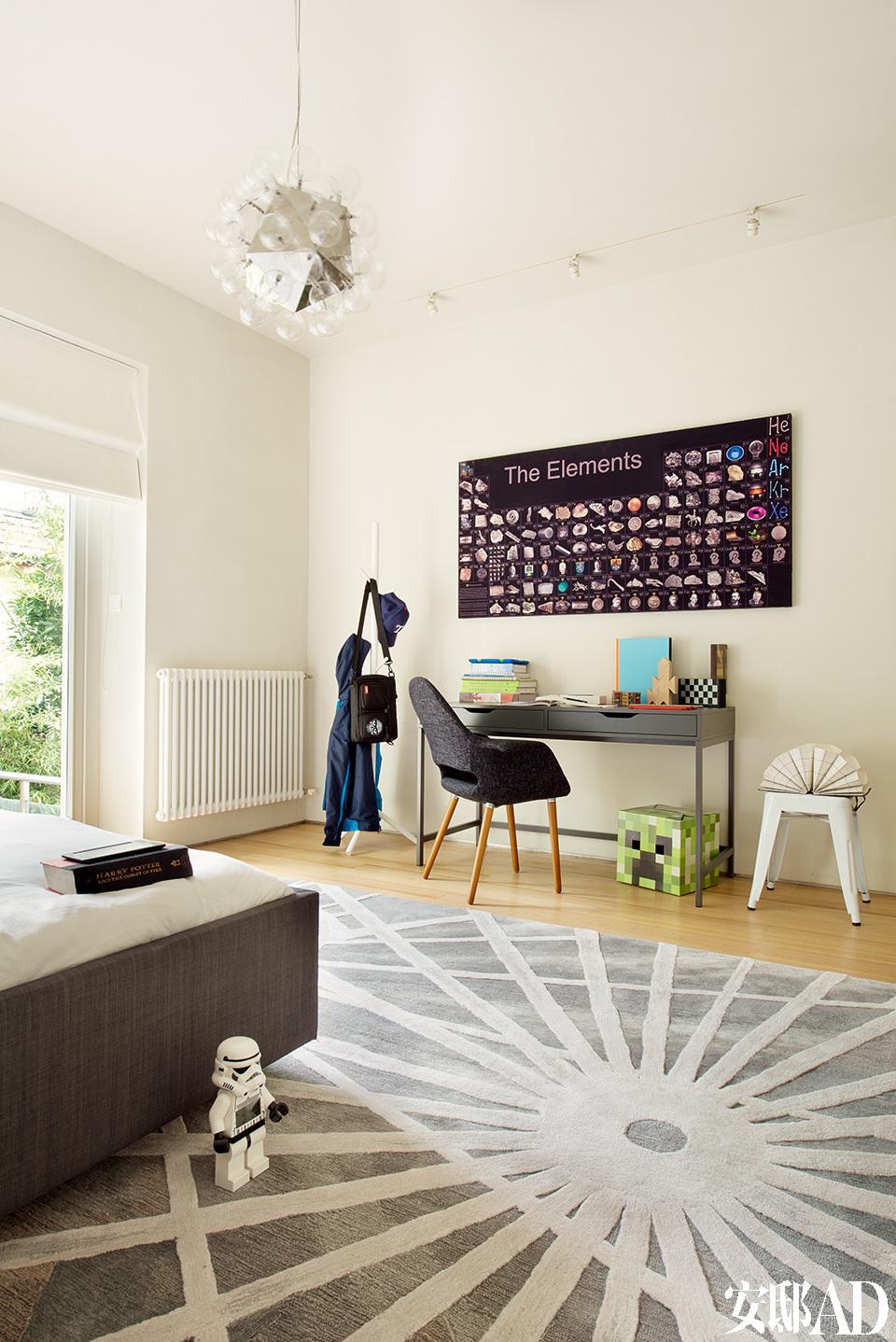 """孩子的卧室里,无论怎么乱,都会很有型。秘诀是一块图案醒目的地毯可以包容一切。设计师Megan根据孩子们喜爱的电影——""""星球大战""""中的元素设计了地毯,生物学专业的父亲索性把生物元素表贴上墙,大儿子的卧室已经出人意料的酷毙了。"""