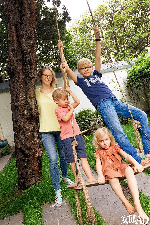 放学回到家,孩子们就来到后院和妈妈一起聊开了这一天的经历。