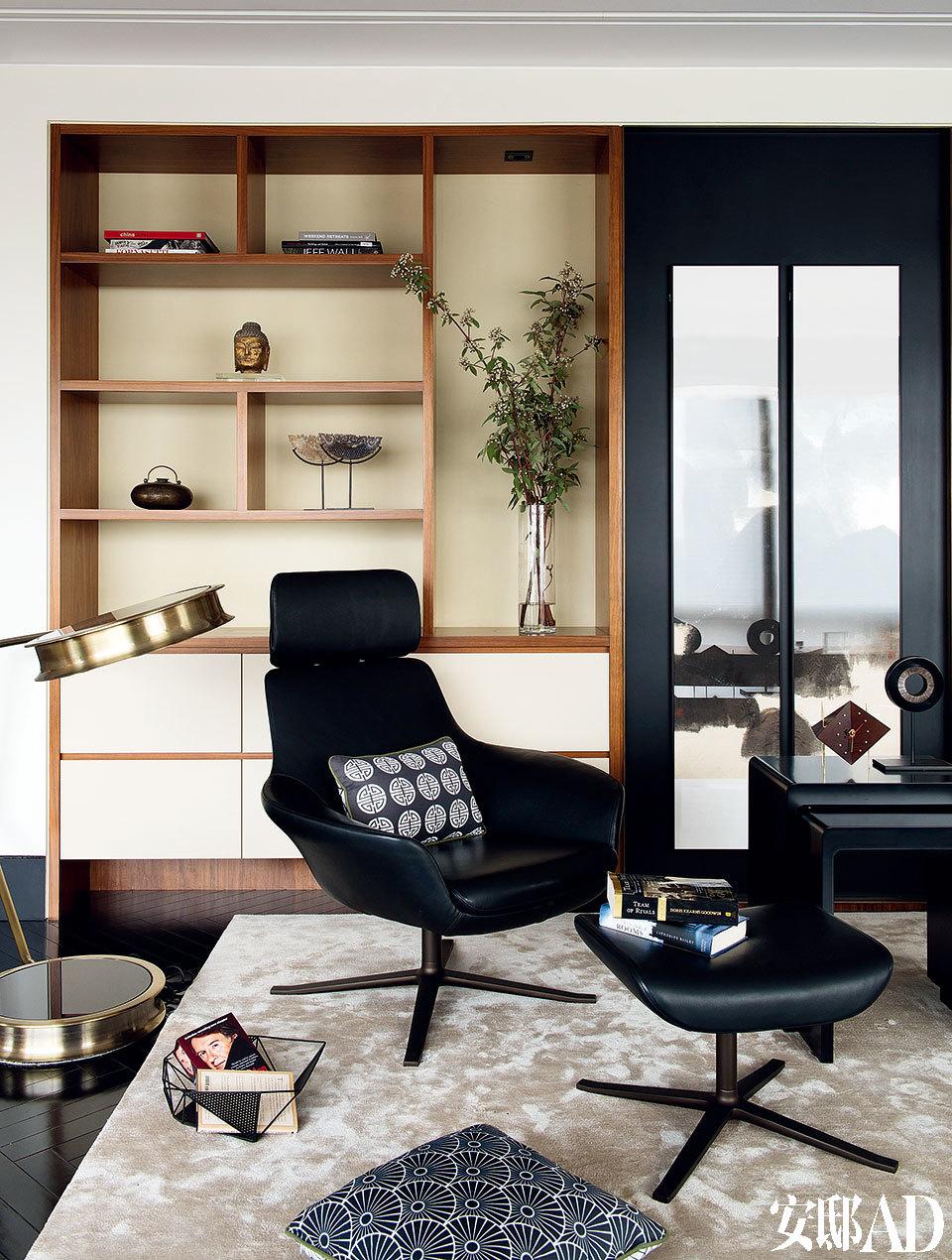 壁柜前的两把皮质Oscar椅由PearsonLloyd设计,Walter Knoll出品,椅子和地毯上的靠垫均由Jill & Rebecca设计,来自Tu Textiles美图坊。