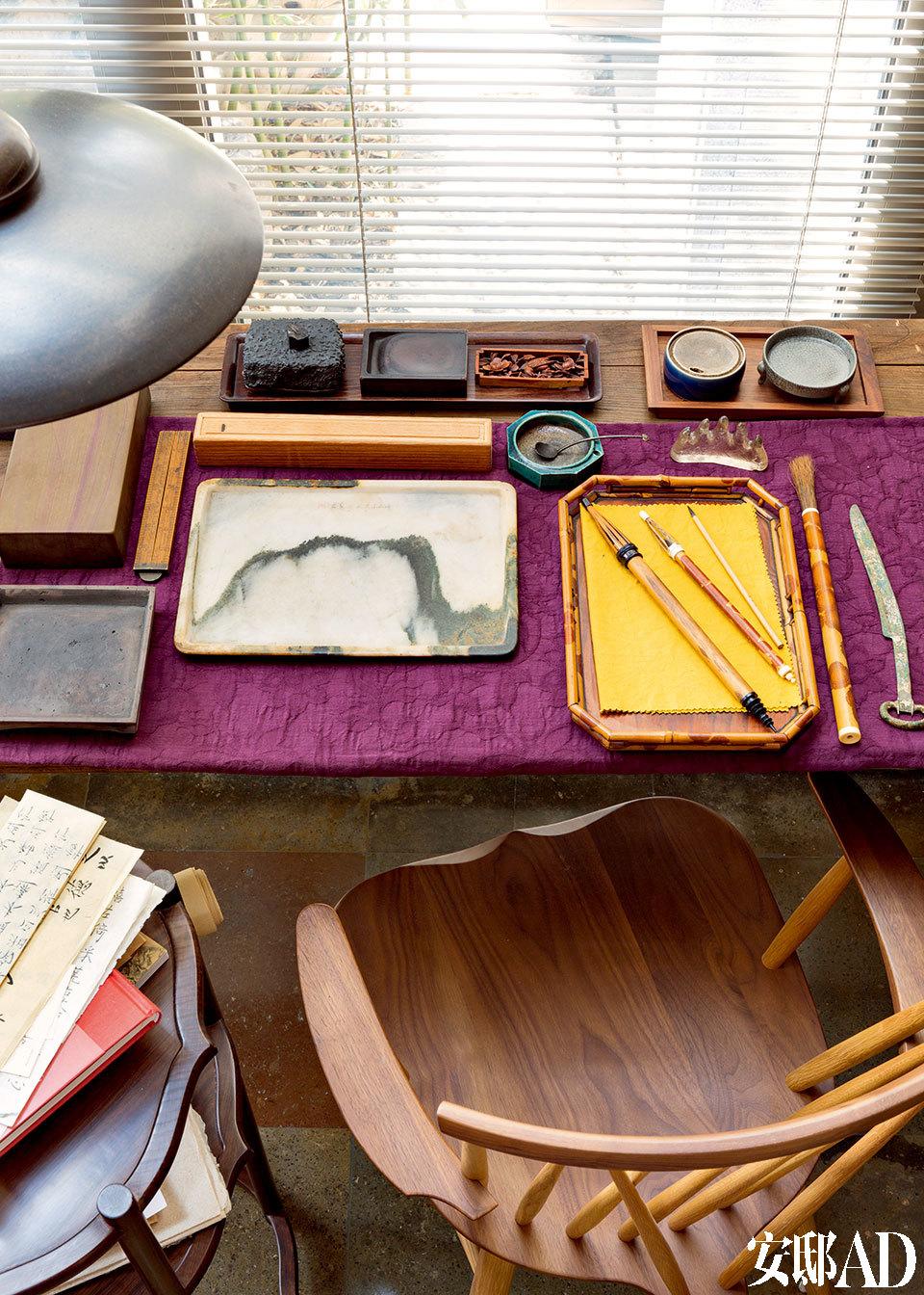 书房一角。淡勃喜欢收藏古代书画,自己也写字画画,尤其对古代的纸笔研究深入。图上的正是他自己动手制作的纸和笔,取得了不小成果。