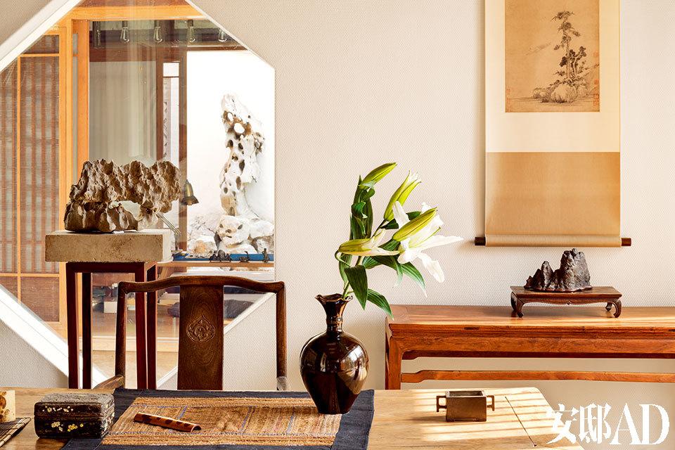"""书房与茶室、园子相连相生。拉开竹门,各空间层层递进,颇多逸趣,最能留住主人脚步。位于地下层的""""耸翠山房""""是主人的书房所在。因为主人好竹,又有自己的木作工作室,所以桌上摆着的茶则、木盒等都是主人亲手制作的。"""