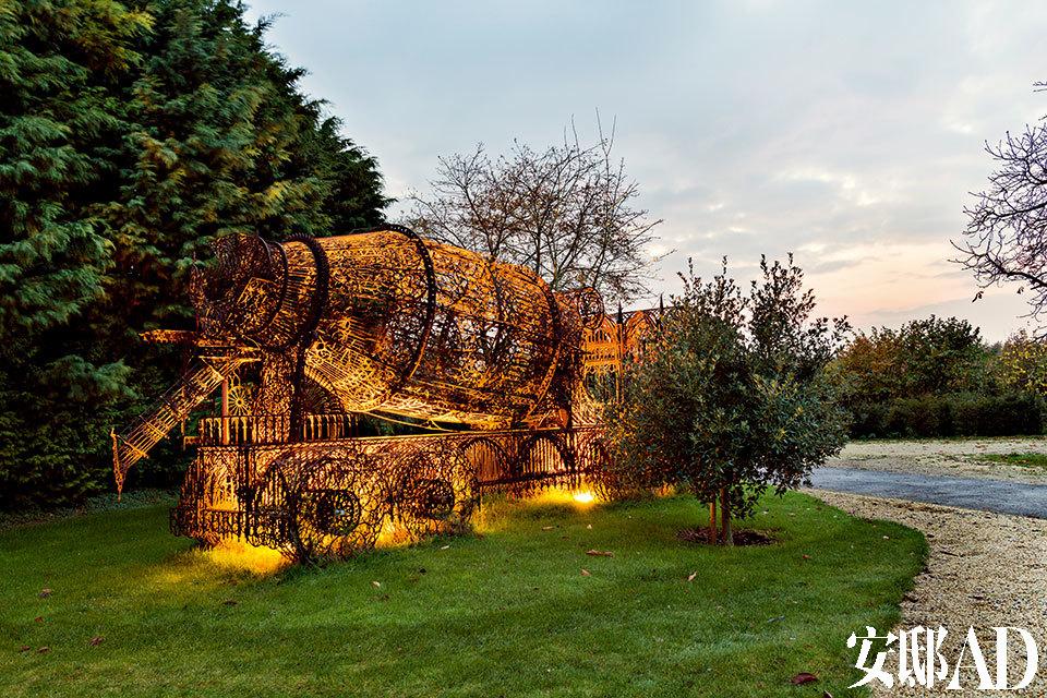 比利时艺术家Win Delvoy设计的混凝土搅拌车装置周身遍布着巴洛克式的镂空图案,由激光切割耐候钢制成。