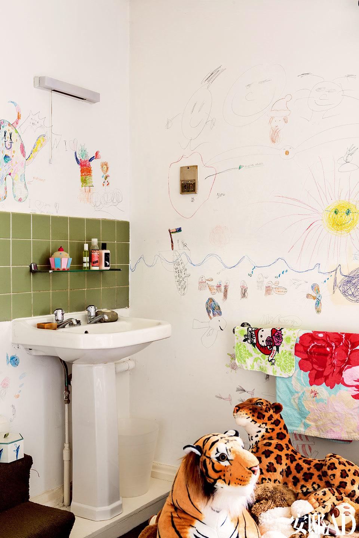 """主人小女儿的卧室中,盥洗区完全由她自己""""主持设计"""",毛绒动物造型的软椅,是Campana兄弟的限量版设计品。"""